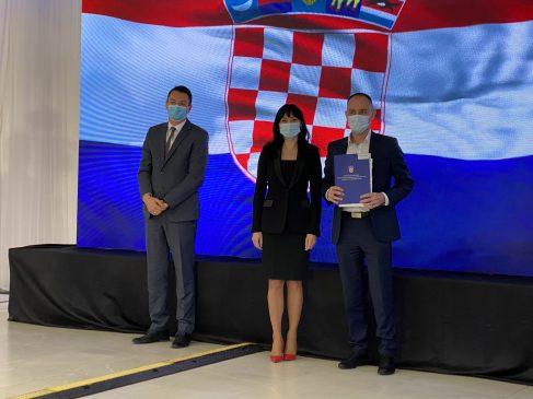 Načelnik Ivan Brzić na potpisivanju ugovora